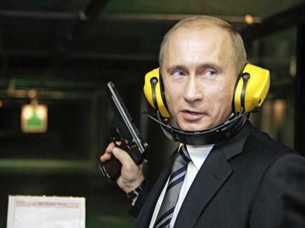 "Putin, un fost agent KGB, a fost adeseori compara cu un ""James Bond"" al Rusiei."
