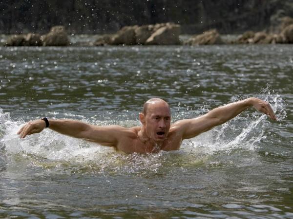 Pentru a demonstra că are o sănătate de fier, aici este văzut înotând în apa rece ca gheața a unui lac siberian.