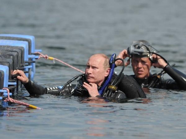 În 2011 s-a scufundat chiar și în costum de scafandru.