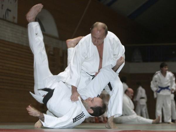 Iar dacă nu sunt arme, nu e nicio problemă. Putin deține centura neagră la karate și chiar are un procedeu care-i poartă numele.
