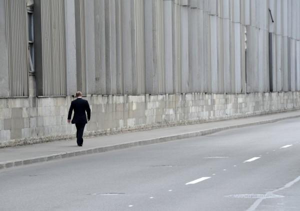 Când fostul său antrenor de Judo a murit, el a renunțat la pază, pentru a se plimba în singurătate. Pe o stradă absolut pustie.