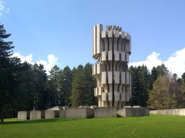 Același arhitect care a construit memorialul din Croația a proiectat și această construcție bizară din Bosnia.