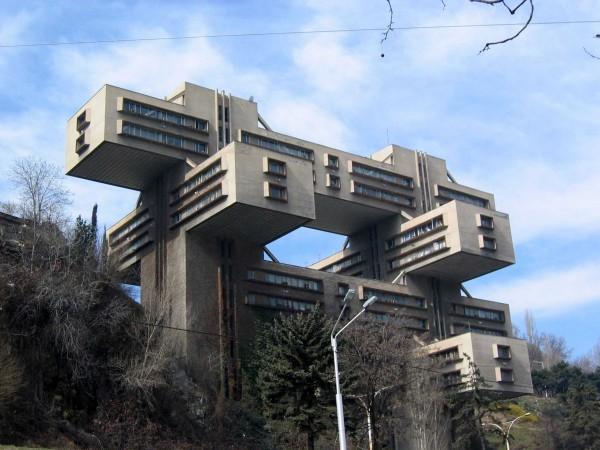 Această clădire din Tbilisi a fost construită ca sediu al Ministerului Transporturilor. În prezent este sediul Băncii Centralei din Georgia.