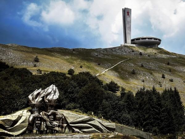 """""""OZN-ul din Buzludja"""". O clădire ciudată din Bulgaria, care nu a mai fost finalizată, iar în prezent este abandonată."""