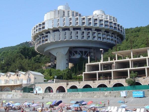 O stațiune din Ucraina care confirmă slăbiciunile arhitecților sovietici pentru OZN-uri.