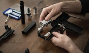 """(VIDEO) Americanii au inventat pistolul """"Salt"""" – te apără, dar nu omoară"""