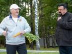 (FOTO și VIDEO) Președintele Belarusului l-a primit în vizită pe Steven Seagal cu morcovi