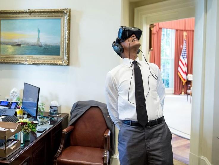 (FOTO) Barack Obama a testat o cască de realitate virtuală la Casa Albă