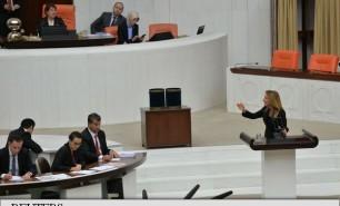 (FOTO) O deputată din Turcia s-a legat cu cătușe de tribuna Parlamentului