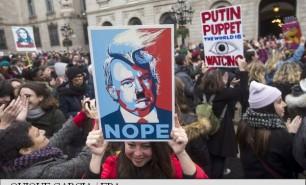 (FOTO şi VIDEO) Jumătate de milion de oameni au ieșit în stradă în capitala SUA, la un protest anti-Trump