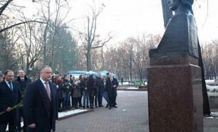 (VIDEO) Igor Dodon a depus flori la bustul lui Mihai Eminescu: Ce poezie a ales să recite