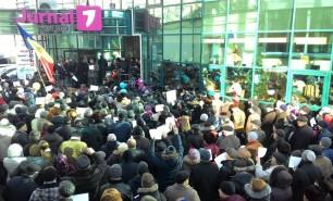 """(FOTO) Sute de persoane s-au adunat în fața Jurnal TV: """"Avem nevoie de o televiziune a poporului"""""""