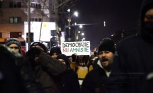 """(FOTO și VIDEO) Mii de oameni au ieșit în stradă la București și alte orașe ale României: """"Hoții la pușcărie"""""""