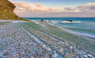 (GALERIE FOTO) Imagini uluitoare: Cum arată o plajă pe care ruşii şi-au aruncat ani la rândul sticlele de vodkă