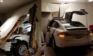 Un proprietar de Tesla s-a trezit cu mașina în sufragerie după ce automobilul a accelerat singur