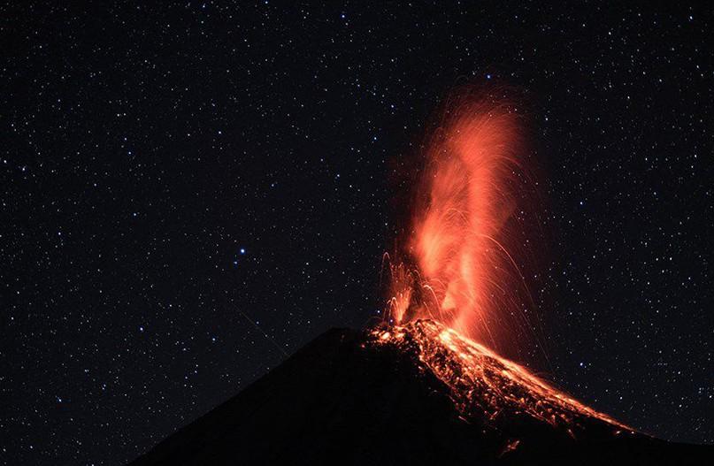 (VIDEO) Imagini spectaculoase în Mexic: Un vulcan a erupt de două ori în câteva ore