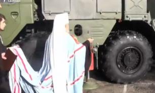 (VIDEO) Scene incredibile în Rusia: Un preot, surprins în timp ce sfințea rachetele din Crimeea