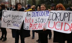 """Protest împotriva amnistiei fiscale: """"În democraţie, hoţii stau la puşcărie"""""""