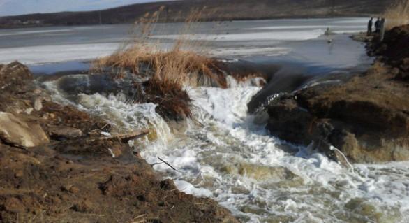 (FOTO şi VIDEO) Ruperea digului de la Comrat: 427 de hectare sub apă, dar fără case inundate