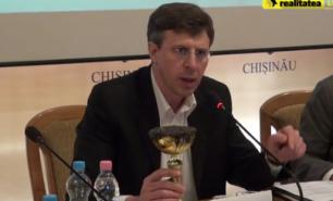 Glodul din capitală a ajuns în mâinile lui Chirtoacă: Edilul a primit o cupă cu noroi din partea consilierilor PSRM