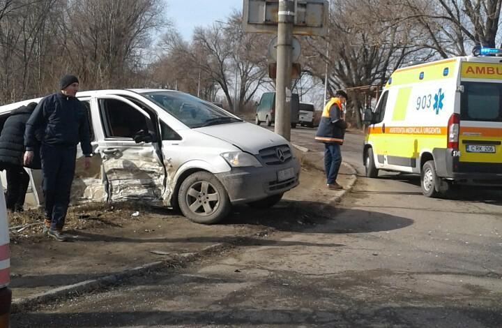 Accident violent în apropiere de Aeroport: Două persoane, transportate la spital