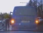 (VIDEO) O bătrână a rămas blocată în noroiul din Chişinău; Reacţia impresionantă a unui conducător auto