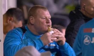 Un portar din Anglia a fost dat afară de la echipă pentru că a mâncat o plăcintă în timpul unui meci