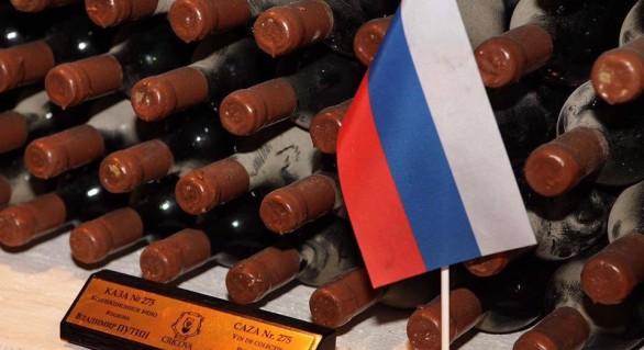 (FOTO) Dodon i-a înmânat președintelui rus câteva sticle din colecția acestuia păstrată la Cricova