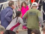 (VIDEO) Scene impresionante la maratonul din Philadelphia, unde o concurentă epuizată este ajutată să treacă linia de sosire