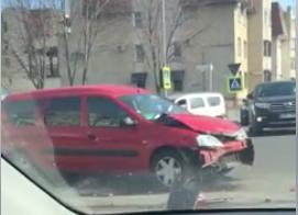 Accident în centrul capitalei. O șoferiță nu a cedat trecerea și s-a izbit într-o mașină