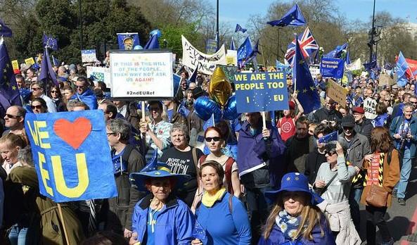 Manifestaţie anti-Brexit la Londra. Mii de persoane au fluturat steaguri UE