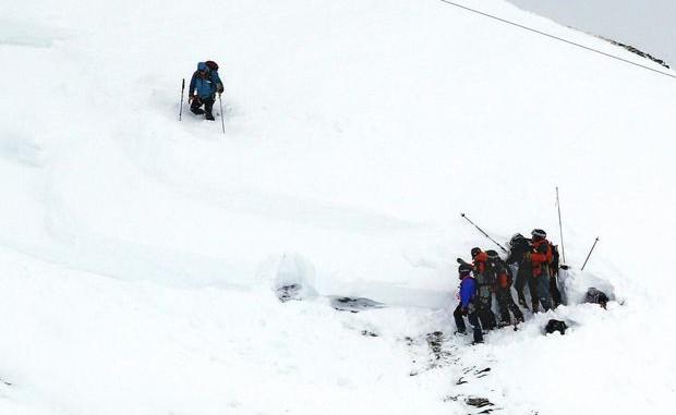 Tragedie în Munţii Retezat. Doi copii au murit după o avalanşă. Alte trei persoane sunt căutate de echipele de salvare