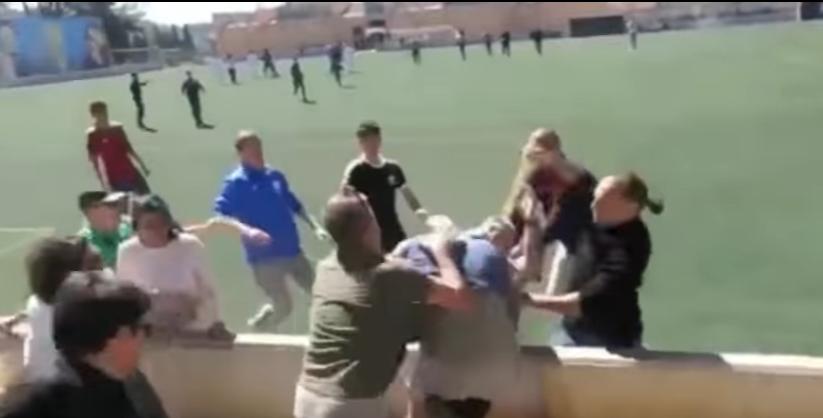 (VIDEO) Bătaie în masă în Spania. Zeci de părinți și-au împărțit pumni în timp ce copiii lor jucau fotbal