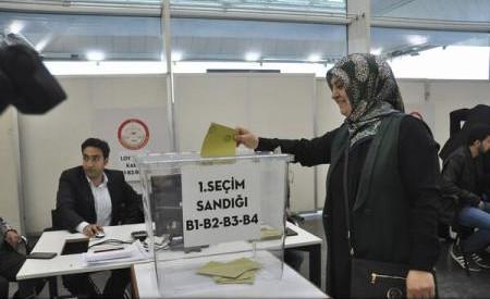 Turcii din Europa au început să voteze la referendumul privind extinderea prerogativelor lui Erdogan