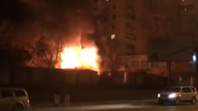 (VIDEO) Incendiu în capitală: O casă este mistuită de flăcări
