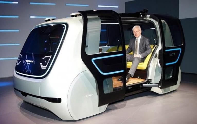 """Maşina viitorului: Se conduce singură şi e un """"prieten"""" de familie"""