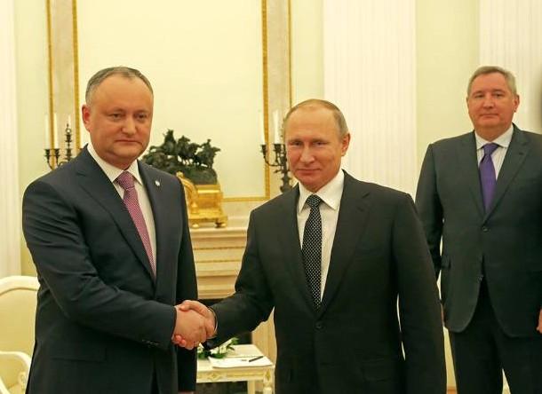 (VIDEO) Jurnaliștii ruși râd pe seama președintelui Dodon, după ce i-a înmânat lui Putin vin din colecția acestuia