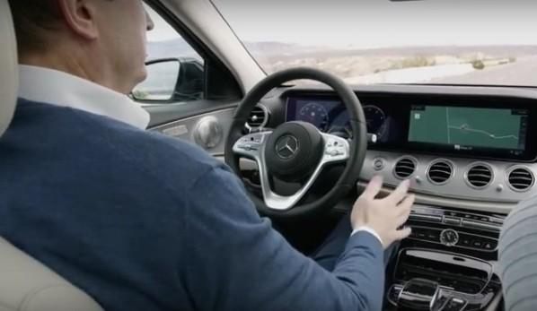 Pericol de incendiu: Un milion de mașini Mercedes chemate în service