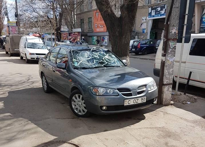Un bărbat care a parcat neregulamentar, și-a găsit mașina vandalizată