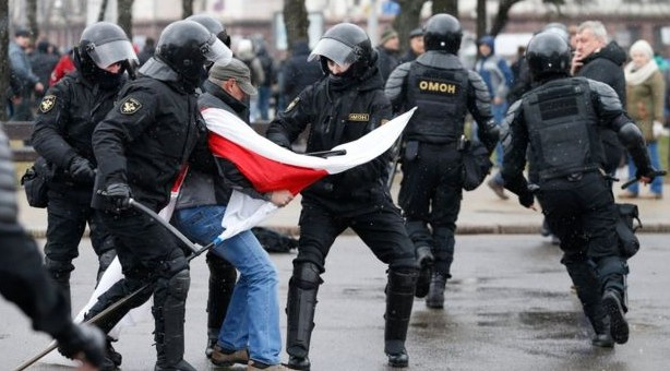 Sute de manifestanți arestați în timpul unui marș în Belarus