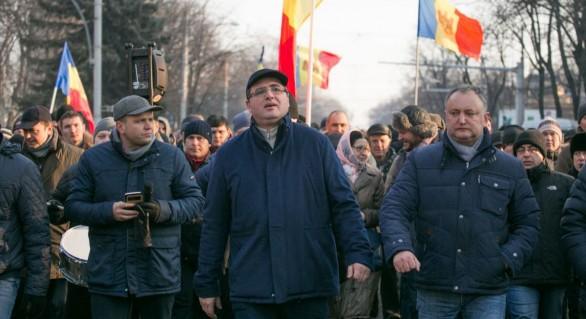 """Usatîi îndeamnă partidele de opoziție să facă """"front comun"""" împotriva inițiativei lui Plahotniuc"""