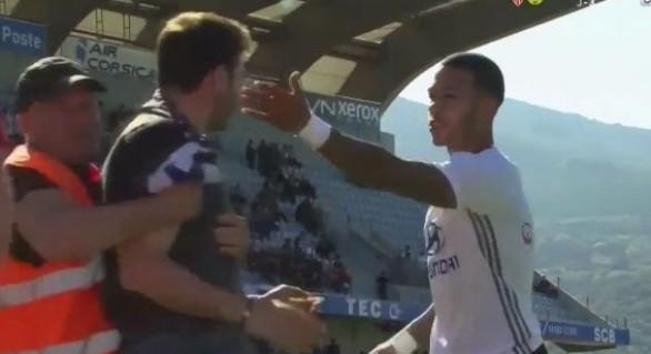 (VIDEO) Jucători ai echipei Olympique Lyon, agresaţi de suporteri ai Bastia înaintea unui meci