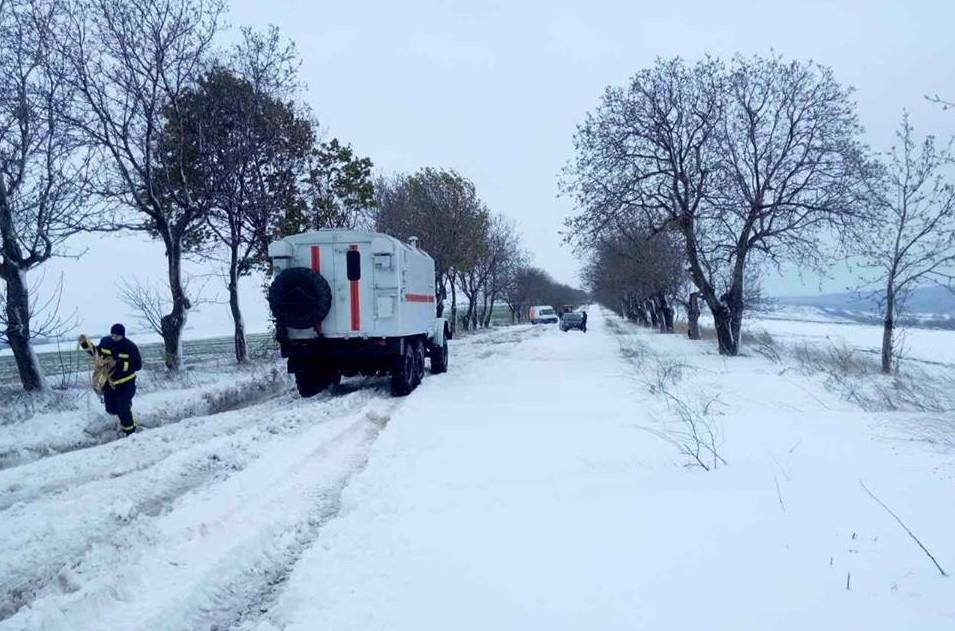 (FOTO și VIDEO) Ninsorile fac ravagii în toată țara: Peste 250 de localități, în beznă. Zeci de drumuri blocate și sute de arbori doborâți