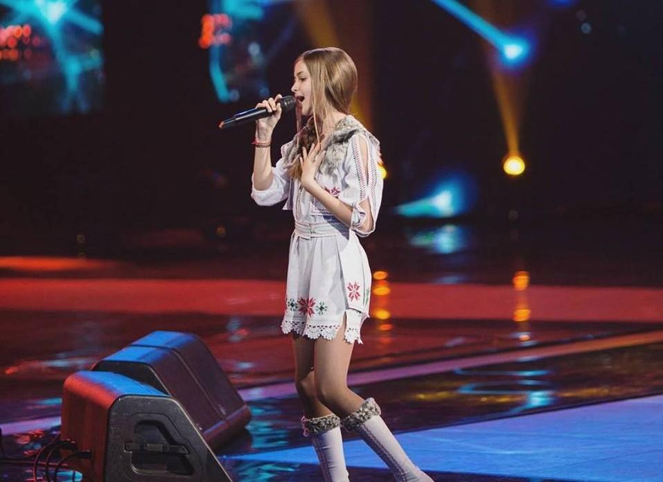 """(VIDEO) O moldoveancă a urcat pe scena """"The Voice Kids Russia"""" în straie românești și a cântat o piesă a unei artiste din România"""