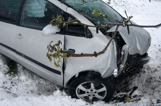 (FOTO) S-a născut în cămașă. Un șofer a scăpat fără răni după un accident îngrozitor