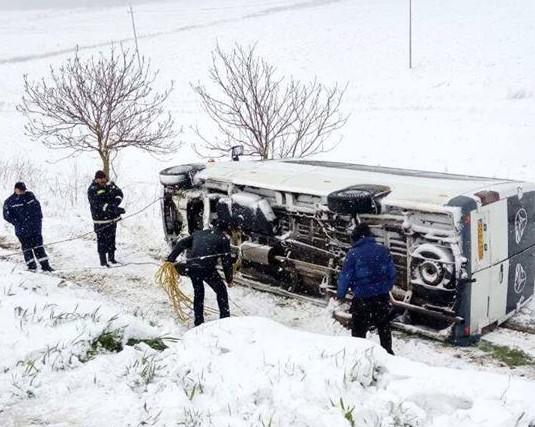Grav accident la Șoldănești. Un microbuz cu 18 elevi s-a răsturnat într-un șanț