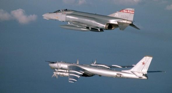 Două bombardiere nucleare ruse, apropiate periculos de Statele Unite