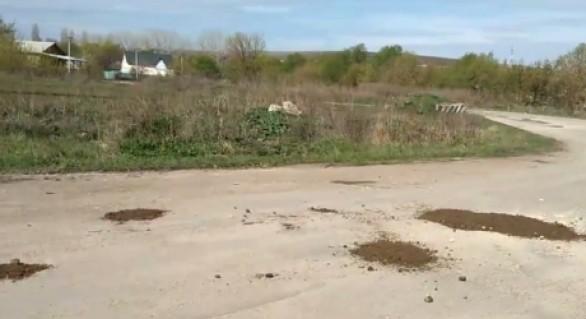 """(VIDEO) Numai în Moldova poți vedea asta: Gropi în asfalt """"plombate"""" cu pământ"""