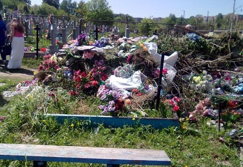 Apelul Ministerului Mediului: Fără compoziții de flori artificiale în cimitire
