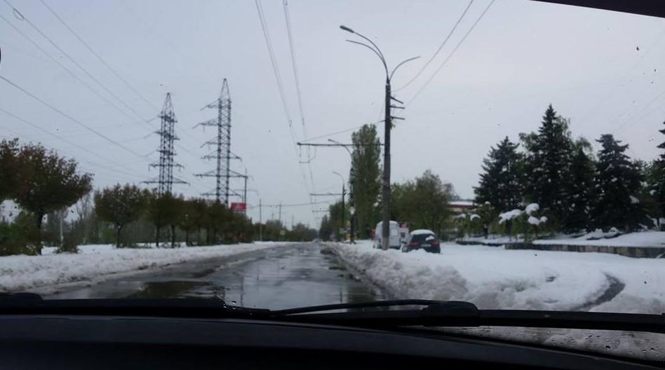 (FOTO) Jecmăneală versus solidaritate. Cum acționează șoferii și serviciile de taxi în condiții de ninsoare abundentă